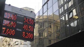 Lejos de calmar al mercado, el anuncio de Mauricio Macri provocó una mayor demanda sobre el dólar que superó ayer la barrera de los 34 pesos.