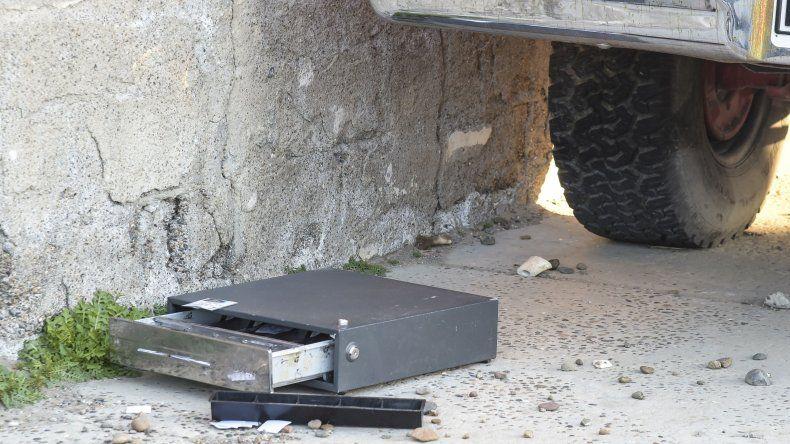 La caja registradora vacía quedó tirada sobre la vía pública