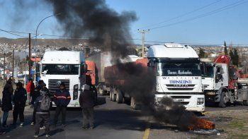 Centenares de camiones quedaron bloqueados por más de tres horas en el acceso norte de Caleta Olivia por el piquete que impusieron trabajadores de la Fundación Santa Cruz Sustentable.