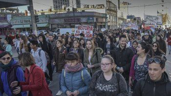 La marcha que partió en la Ciudad Universitaria llegó hasta el Centro y se realizó un acto en la plaza de la Escuela 83.