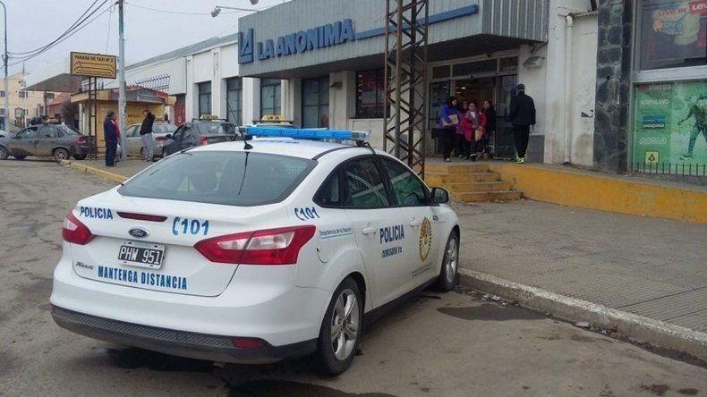 En Río Grande custodiaron los supermercados por posibles saqueos