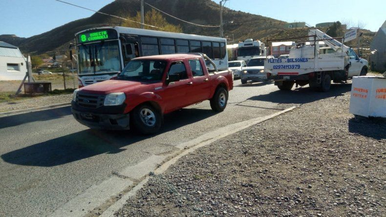Por falta de grúa, un fletero retiró una camioneta chocada
