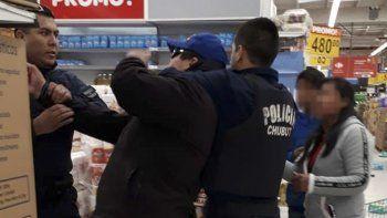 El momento de la detención de uno de los saqueadores. En la otra imagen se observa parte de los daños que provocaron en el local.