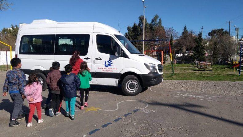 La cooperadora de la Casa del Niño donó una Mercedes Benz Sprinter para el traslado de los chicos.