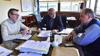 La reunión que Carlos Linares mantuvo junto a Abel Boyero con el ministro provincial Raúl Chicala.