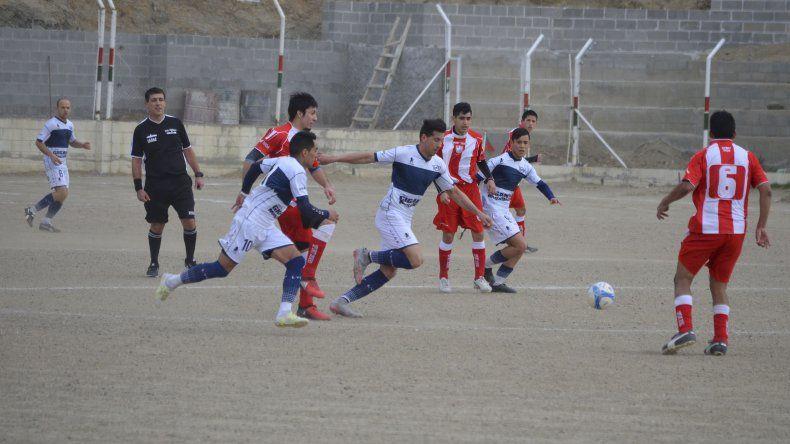 Mauro Villegas lleva el balón y Jorge Coky Aynol acompaña la acción
