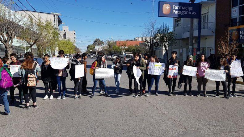 Estudiantes de una escuela técnica cortaron la calle para denunciar malos tratos