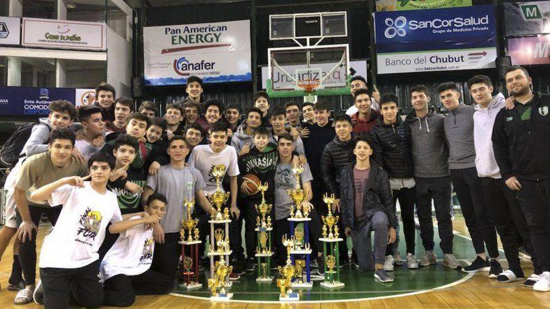 Los planteles de U13 y U15 de Gimnasia y Esgrima Blanco que el domingo se consagraron campeones del torneo Apertura.