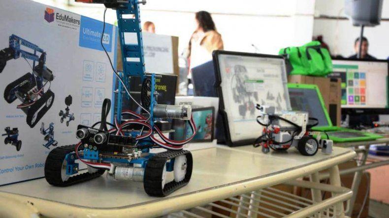 Escuelas recibieron distintas herramientas de robótica e informática