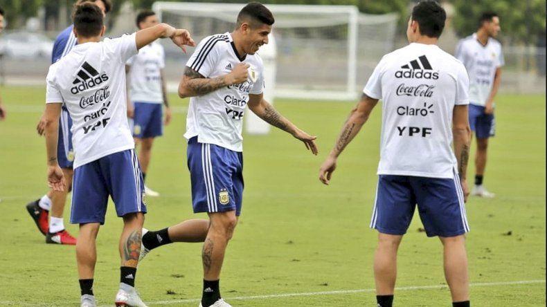 Los jugadores de la selección argentina trabajando ayer de manera distendida de cara al amistoso del viernes ante Guatemala.