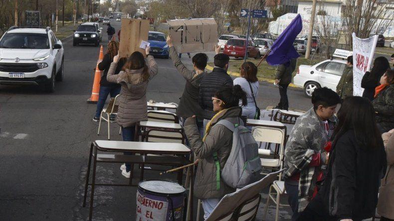 Los estudiantes universitarios bloquearon parcialmente ayer la avenida Leandro Alem y entregaron cientos de panfletos a automovilistas y camioneros.