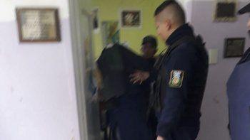 El momento en que la policía retira de la escuela al sospechoso.