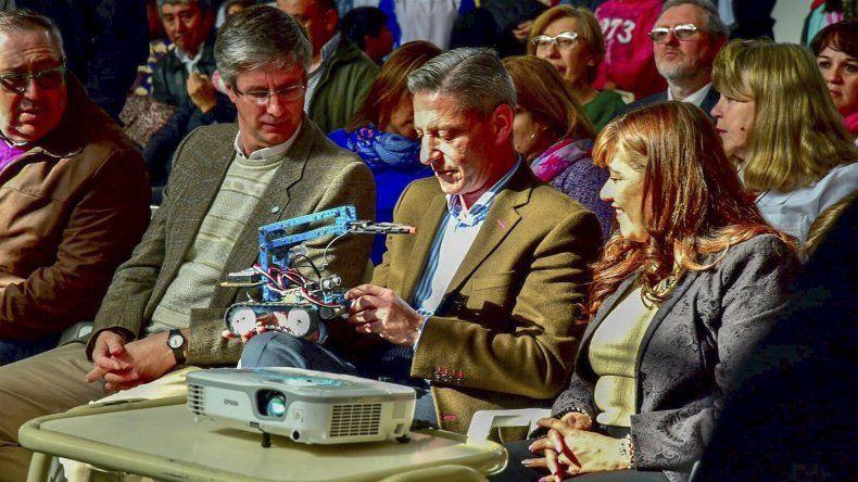 El gobernador Mariano Arcioni encabezó en Esquel la entrega de kits pedagógicos y tecnológicos.