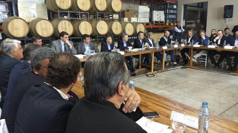 Macri junto a Cornejo y Frigerio al encabezar ayer un encuentro con productores vitivinícolas en Mendoza.