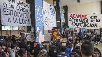 El acampe en la Universidad Nacional de la Patagonia San Juan Bosco continuará debido a que los docentes universitarios rechazaron la nueva oferta del Gobierno nacional.