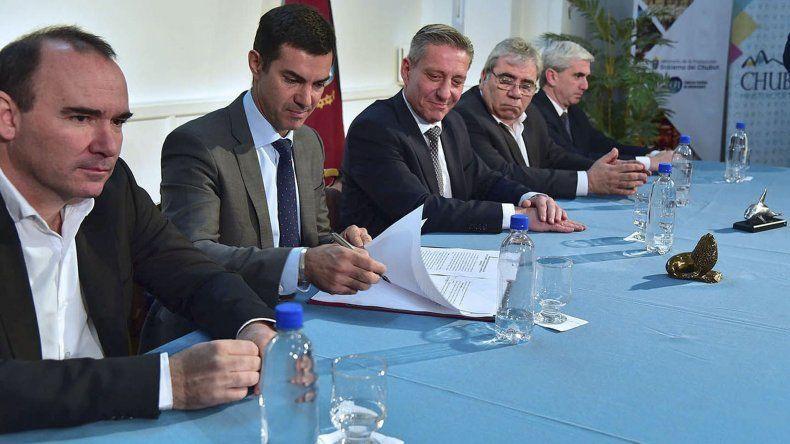 La firma de acuerdos que se concretó ayer en Rawson.