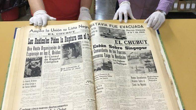 Uno de los tomos encuadernados que contiene ejemplares de la colección de El Chubut que se encuentran en la biblioteca de la UNPSJB.