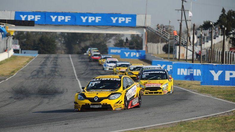 El Renault Fluence de Rodrigo Lugón que se impuso ayer en el autódromo Oscar Cabalén.