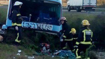 El trabajo de los rescatistas en el lugar del accidente.