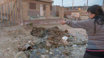 Sobre la calle Código 558 entre 554 y 555, vecinos temen que un ojo de agua hunda sus casas. Exigieron soluciones a las autoridades ante la posibilidad de perder sus propiedades.