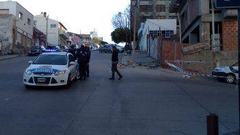 La policía acordonó el lugar para proceder a levantar el cuerpo y efectuar las pericias de rigor.