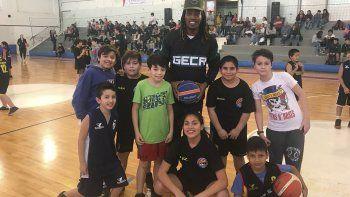 Jaqhawan Walters con un grupo de chicos de las divisiones formativas de Deseado Juniors.