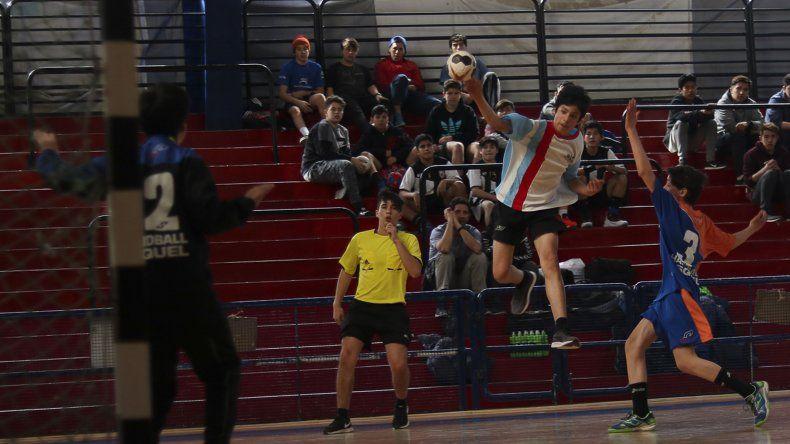 El hándbol masculino tanto en Menores como en Cadetes se lleva a cabo en el gimnasio municipal de Esquel.