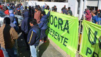 Los desocupados de la construcción reclamaron fuentes laborales frente a la dependencia nacional que tiene asiento en Caleta Olivia.