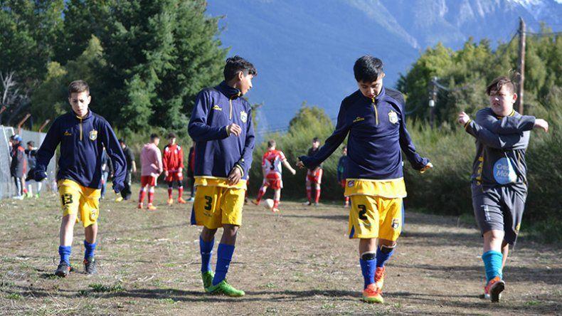 Los chicos haciendo el calentamiento previo para jugar por la instancia Provincial de fútbol.