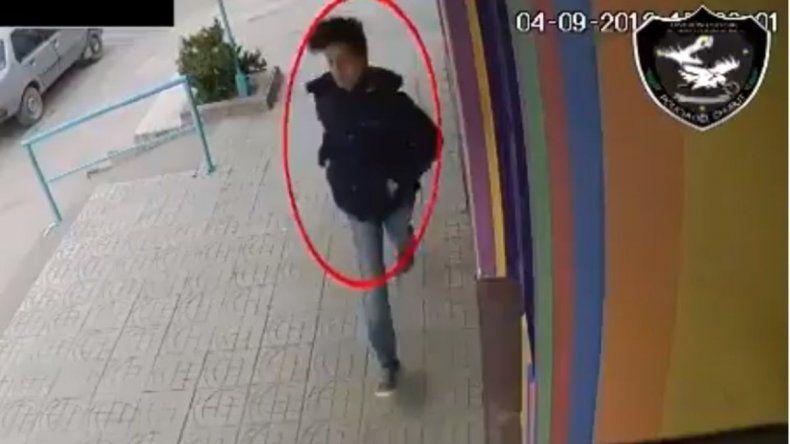 Un hombre manoseó a una mujer en la calle y quedó filmado