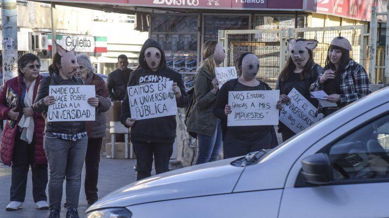 Estudiantes realizaron una panfleteada para concientizar sobre la crisis que atraviesa la Universidad