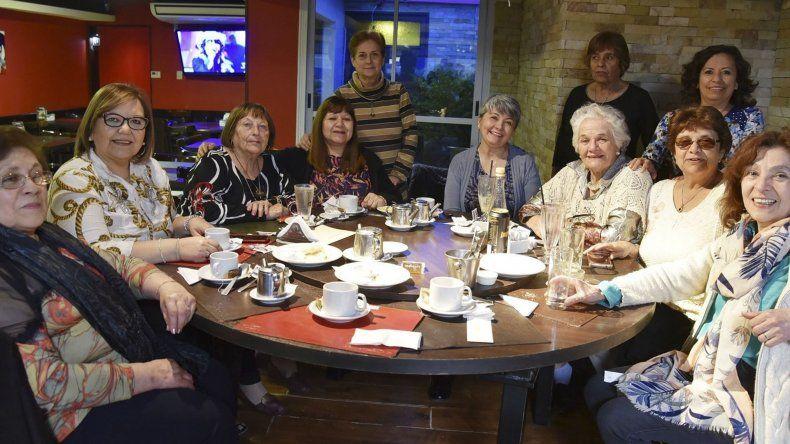 Las exdocentes de la Escuela N° 69 celebraron su día compartiendo un té en una céntrica confitería de Caleta Olivia.
