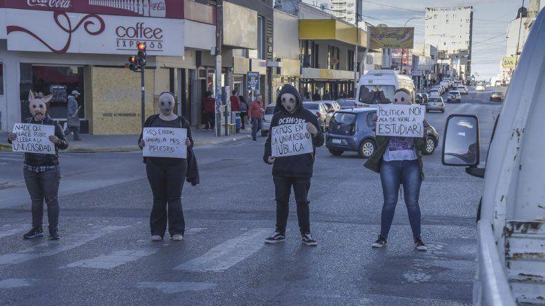 Estudiantes universitarios visibilizaron la lucha por la educación pública y gratuita con una intervención artística el martes en calles céntricas.