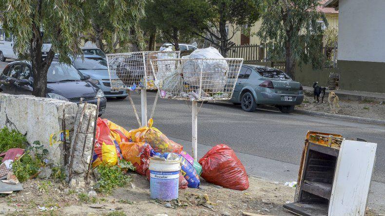 Aplicarán multas por un valor de 8 mil pesos a quienes acumulen chatarra o escombros en sus veredas.