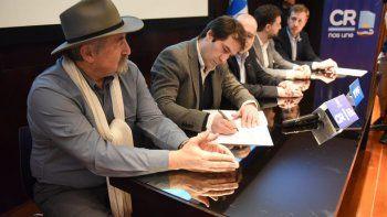 El viceintendente firma el convenio con YPF para la construcción del natatorio.