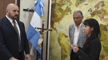 Marcos Bucci prestó juramento ante la presidenta del Tribunal Superior de Justicia de Santa Cruz, Paula Ludueña. En el acto estuvo presente el jefe comunal de Cañadón Seco, Jorge Soloaga.