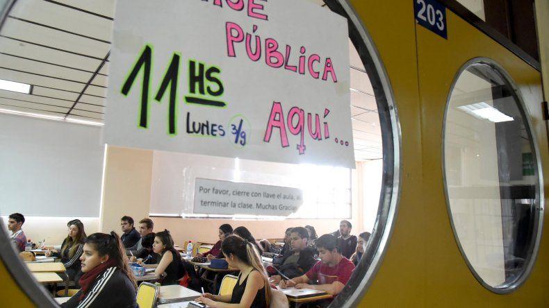 En la Universidad Nacional de la Patagonia San Juan Bosco sigue el paro y se realizan clases públicas.