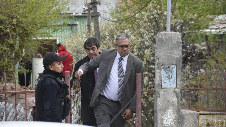 El fiscal jefe Juan Carlos Caperochipi encabeza las diligencias en la casa de la víctima.