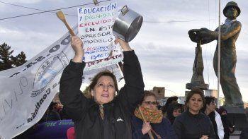 En Caleta Olivia los docentes protagonizaron dos marchas de protesta consecutivas. La más números que incluyó un cacerolazo, se produjo en la tarde noche de jueves.
