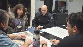 El comisario Gustavo Quiroz y la subcomisario Roxana Correa, fueron recibidos ayer por dos integrantes del gabinete municipal.