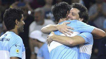 Horacio Zeballos se abraza con Gastón Gaudio mientras también se observa a Máximo González luego de vencer a Colombia.