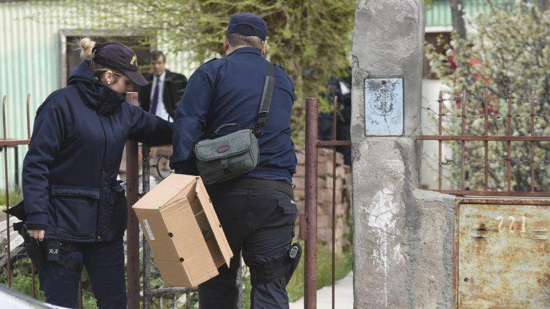 El procedimiento policial realizado el viernes en la escena del crimen en busa de evidencias que permitan identificar a los autores.
