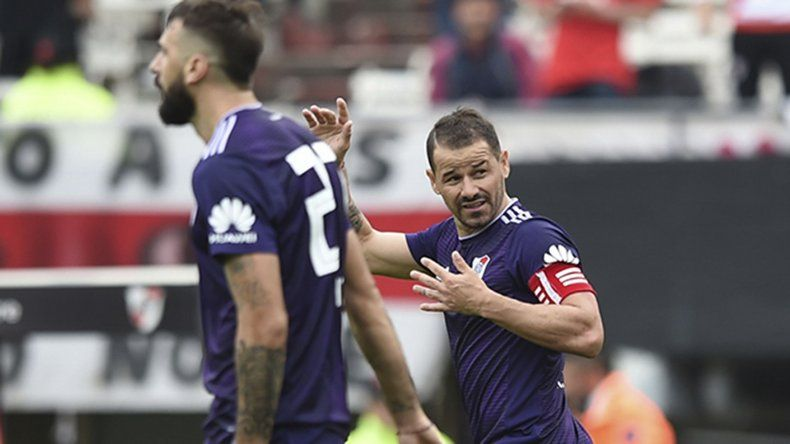 Rodrigo Mora festeja uno de sus dos goles que le marcó ayer a San Martín de San Juan.