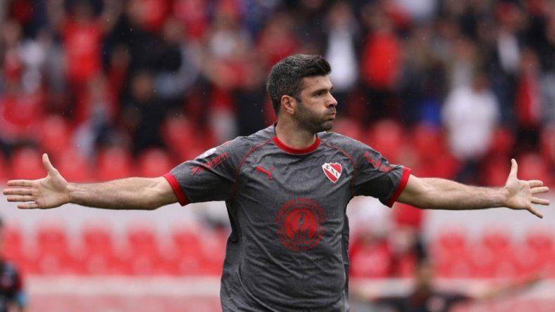 Emanuel Gigliotti marcó ayer dos goles en el triunfo de Independiente frente a Colón en Avellaneda.