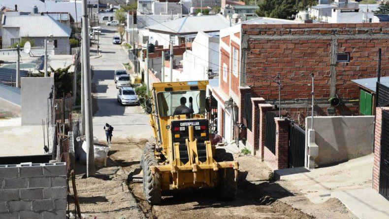 Tareas de mantenimiento vial en la zona alta del barrio Pietrobelli