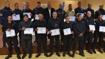 Los policías de diferentes localidades santacruceñas que aprobaron el curso de Infantería exhiben sus diplomas.