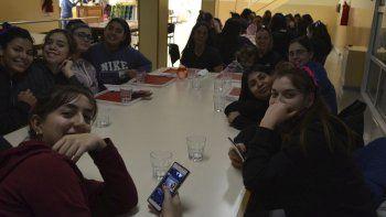 Un momento de distensión para las chicas en la instancia Provincial de los Juegos Evita.