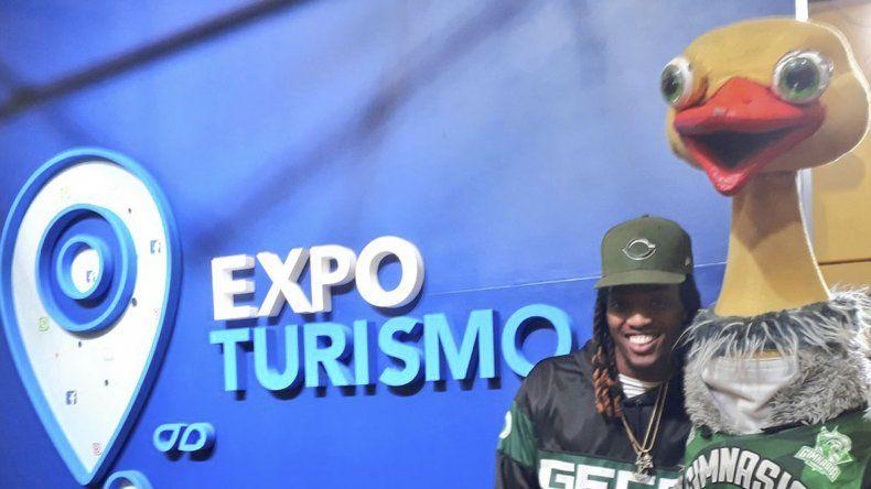 Jaqhawn Walters y Charito durante la Expo Turismo que se realizó el último fin de semana en el Predio Ferial.