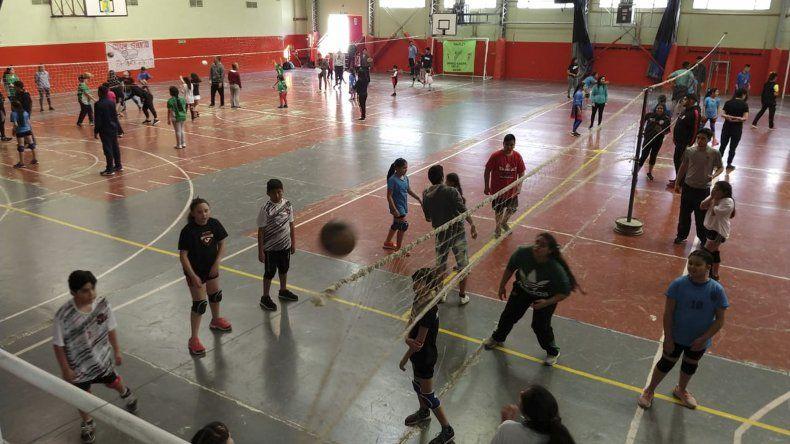 El minivóleibol tuvo su punto de encuentro el sábado en el gimnasio del Colegio Domingo Savio.