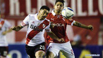 Milton Casco y Martín Benítez en un duelo entre River e Independiente, algo que se repetirá esta tarde en Avellaneda.